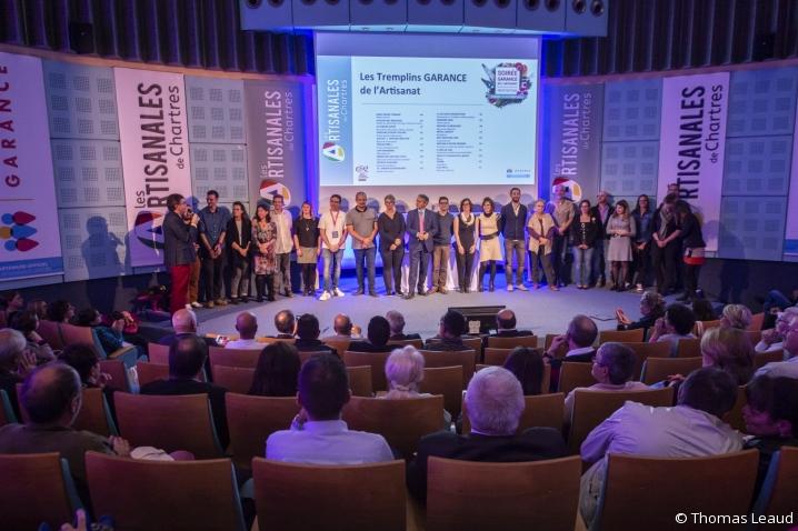 Photo de groupe des lauréats Trophées Garance 2019, leur prix à la main
