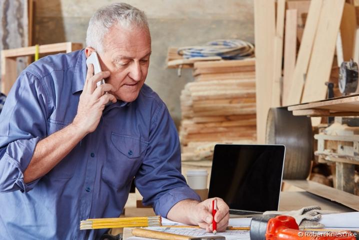 Artisan au téléphone