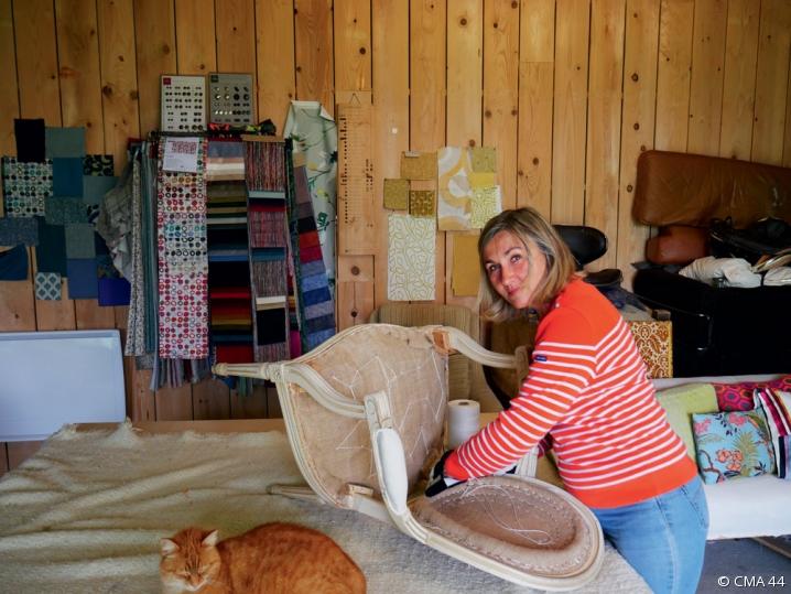 Isabelle Nicolas, tapissière-décoratrice, au milieu de son atelier
