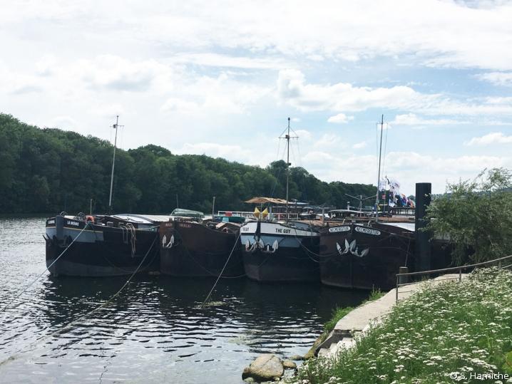 Quatre bateaux amarrés à Conflans-Sainte-Honorine, capitale de la batellerie (Yvelines).