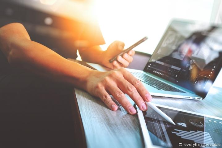 Femme pointant un écran de tablette, dans le cadre d'une leçon en ligne