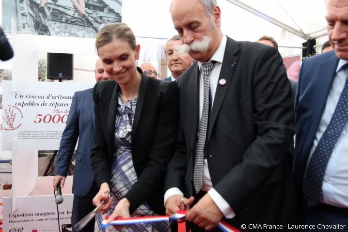 Agnès Pannier-Runacher et Bernard Stalter coupent un ruban bleu-blanc-rouge pour symboliser l'inauguration du 1er Forum des Initiatives.
