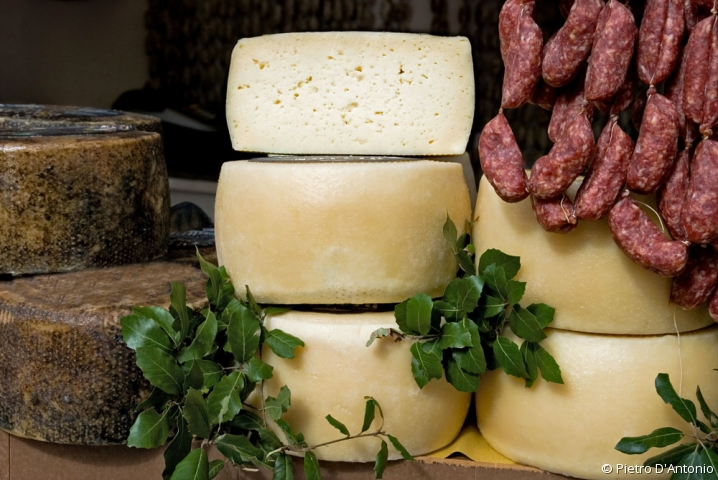 Ensemble de fromages et saucissons secs à la coupe