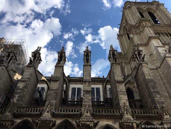Vue du flanc ouest de Notre-Dame de Paris : la pierre est encore marquée de la suie de l'incendie.