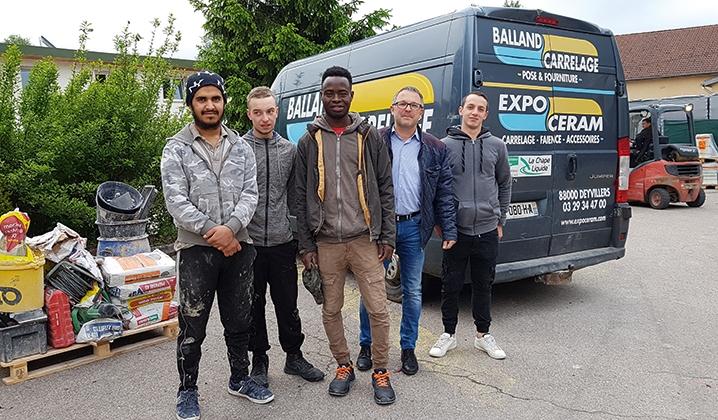 Une partie de l'équipe des dix apprentis de Balland Carrelage en route pour les chantiers : Isahq Masood, Florian Simon, Kenny Genin, Seydou Ballo, avec le dirigeant Philippe Balland.