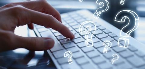Main pianotant sur un clavier d'ordinateur
