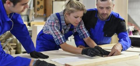 Apprentis englue de travail accompagnés de leur maître d'apprentissage