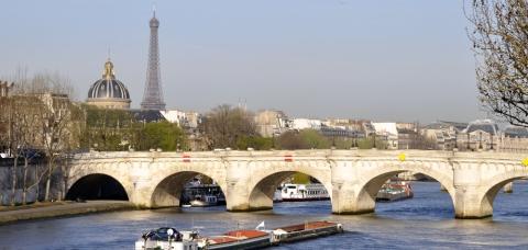 Bateau de fret naviguant sur la Seine