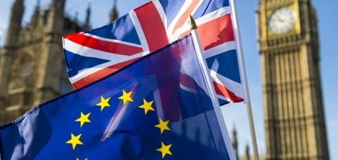 Drapeaux de l'Union européenne et du Royaume-Uni, flottant au vent devant le Big Ben.
