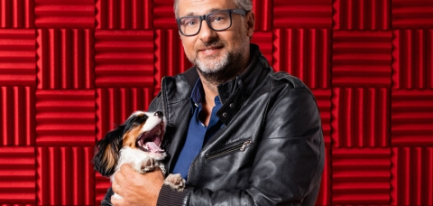 Le journaliste David Abiker, portant son chien