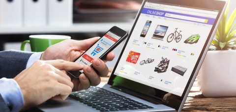 internaute achetant en ligne via son smartphone