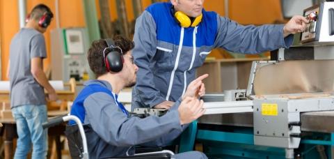 salarié d'une menuiserie en situation de handicap