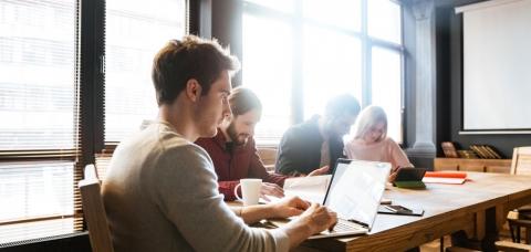 Collègues autour d'une table dans un espace de coworking