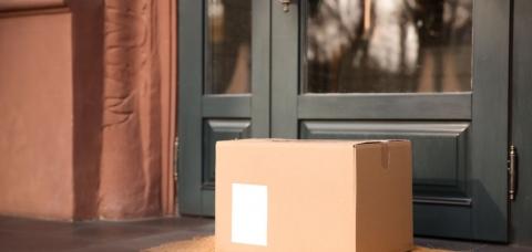 colis de livraison à domicile devant une porte
