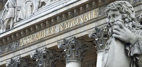 vue du fronton de l'Assemblée nationale