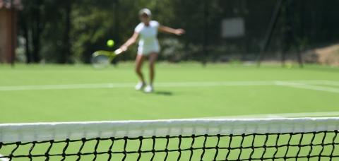 Illustration d'une joueuse de tennis amateur : Proximeo permet d'accéder à des offres de loisirs sportifs.