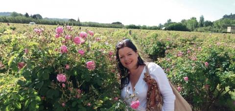 Nathalie Cirri dans un champ de fleurs roses