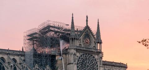 Photo de Notre-Dame de Paris avec un échafaudage
