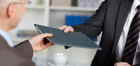 Un chef d'entreprise cède le dossier de vente au repreneur