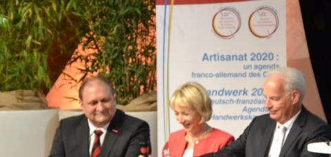 Hans Peter Wollseifer (g.), président de DHKT et Alain Griset (d.), président de l'APCMA  ont également renouvelé leur partenariat avec l'OFAJ (représenté par Béatrice Angrand, m.), en clôture des RFA 2016 .