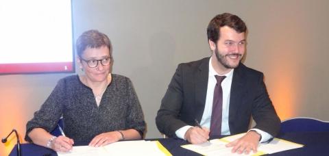Karine Desroses et Jean Guiony signant la convention-cadre Action Cœur de Ville
