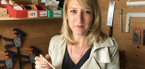 Julie Clessienne tenant le stylo qu'elle a contribué à fabriquer