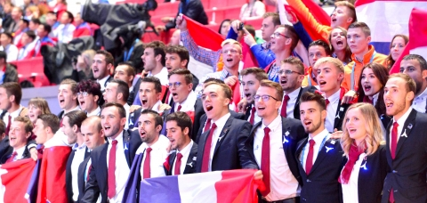 Photo de groupe de l'Equipe de France des métiers lors de la cérémonie de clôture.